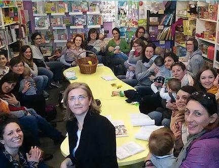 Mamme con bambini piccoli sedute in cerchio in libreria