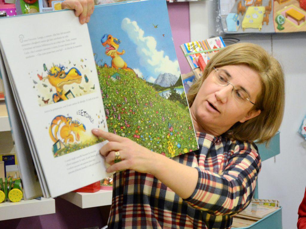 donna che legge un libro e lo mostra