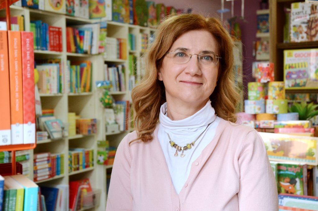 donna e libreria sullo sfondo