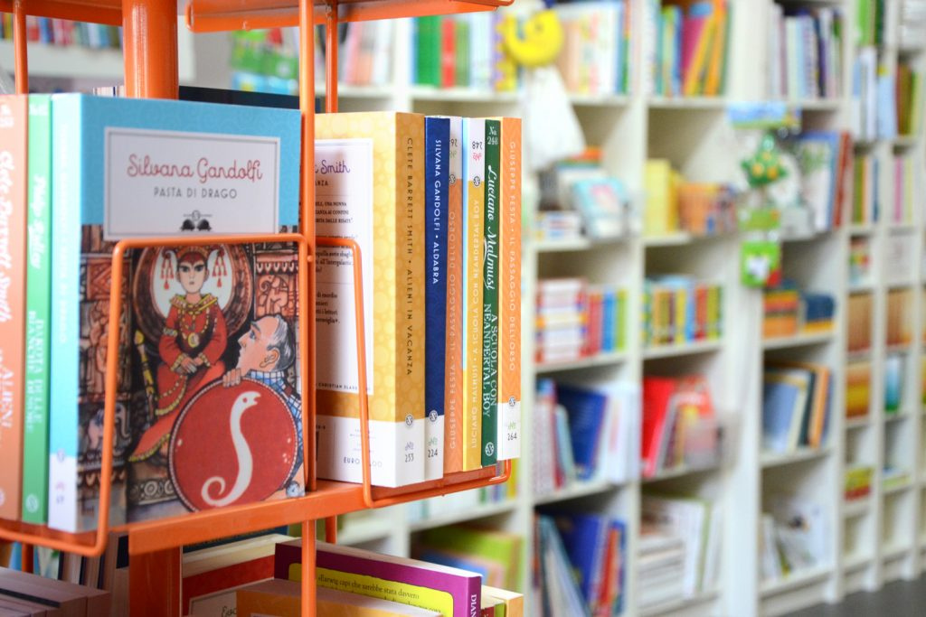 espositore con libri di narrativa