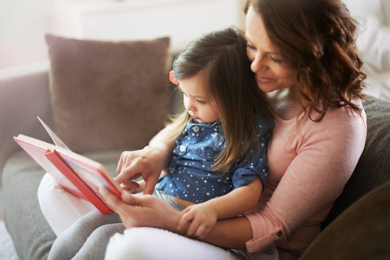 mamma e bambina che leggono un albo illustrato