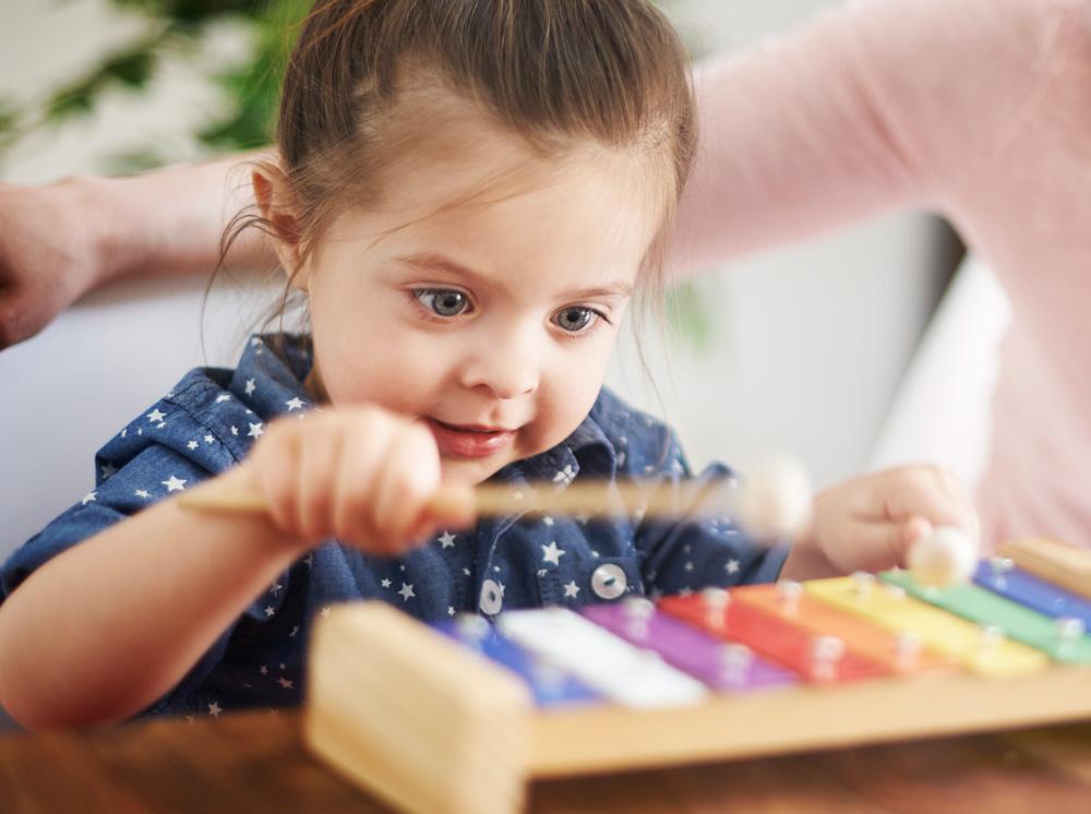 Bambina che suona lo xilofono